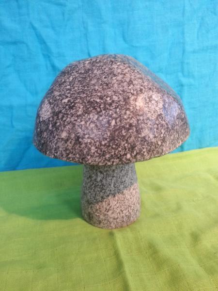 Naturstein Pilz aus dunklen Granit