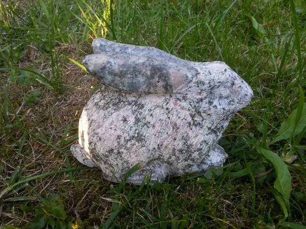 Naturstein Hase aus grünen Granit Gr.2